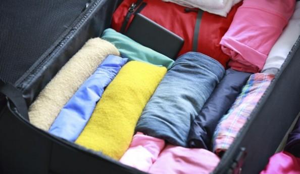Tiết kiệm không gian vali, balo bằng cách cuộn quần áo Gấp quần áo, khăn lại., du lịch nước ngoài, du lịch hè, tips du lịch, mẹo vặt, tour du lịch giá rẻ