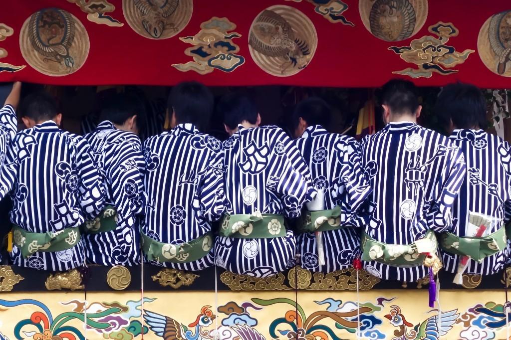 Người dân mặc sắc phục truyền thống để cùng diễu hành với kiệu, du lịch nhật bản, du lịch nhật, tour nhật, tour nhật bản, du lịch hè, tour nước ngoài, tour châu á