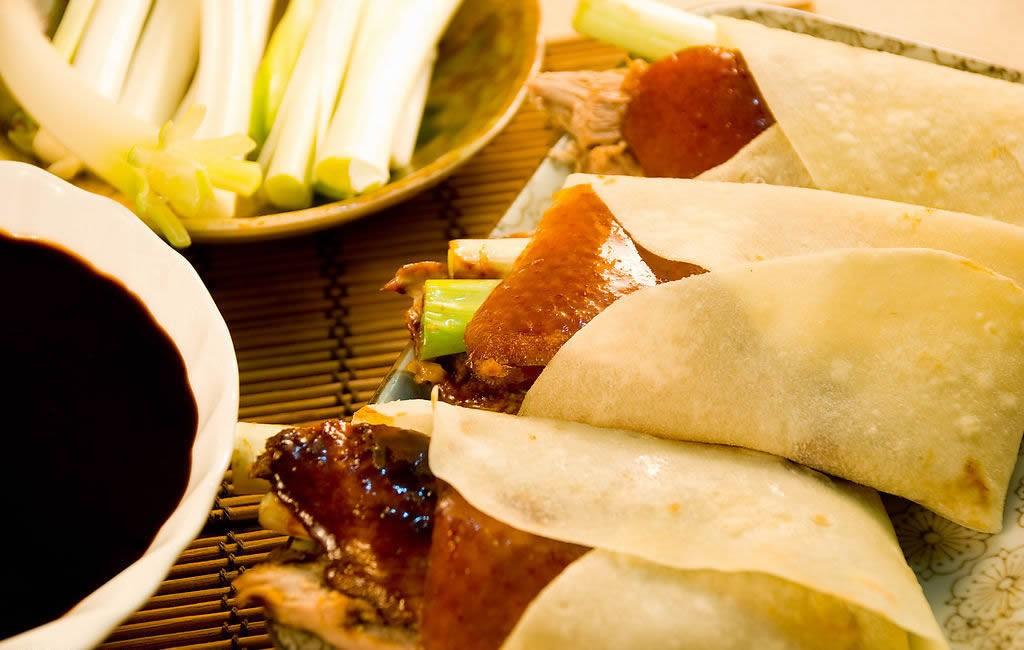 Da vịt giòn và ngấm giá vị được ăn kèm bánh tráng và nước sốt chấm, du lịch hong kong, tour hong kong, tour Trung Quốc, du lịch Trung quốc, du lịch nước ngoài gia rẻ, tour châu á giá rẻ, du lịch hong kong gia re