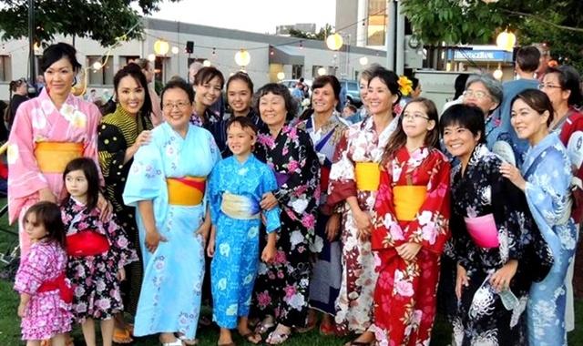 Khách du lịch thích thú chụp ảnh trong trang phục kimono giản tiện , du lịch nhật bản, du lịch nhật, tour nhật, tour nhật bản, du lịch hè, tour nước ngoài, tour châu á
