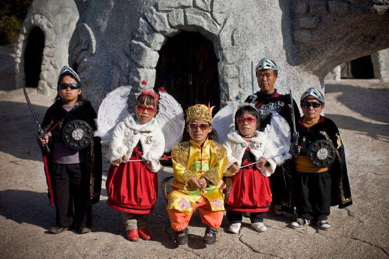 """""""Đức vua"""" và """"cận thần"""" nghênh đón khách tham quan, du lịch trung quốc, du lịch trung quốc giá rẻ, tour trung quốc, tour trung quốc giá rẻ"""