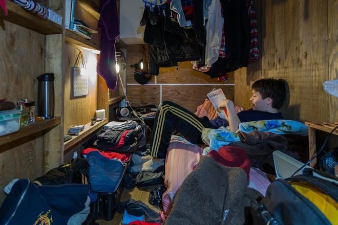 Trong phòng không có tủ đựng quần áo, vì vậy quần áo được treo khắp nơi., du lịch nhật bản, du lịch nhật, tour nhật, tour nhật bản, du lịch hè, tour nước ngoài, tour châu á