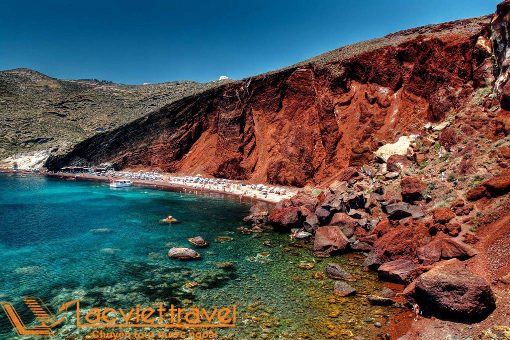 Red-Sea-Santorini_Greece-Beaches_Source-canaves