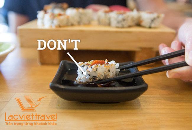 Ăn sushi Nhật Bản bằng tay