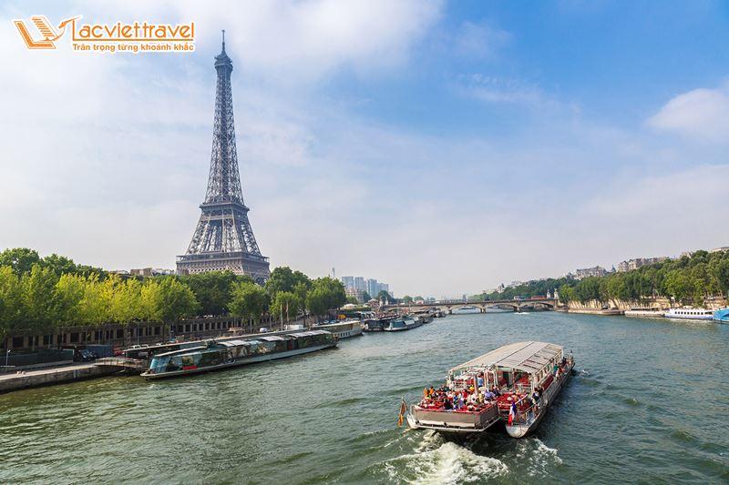 du thuyền trên sông Seine